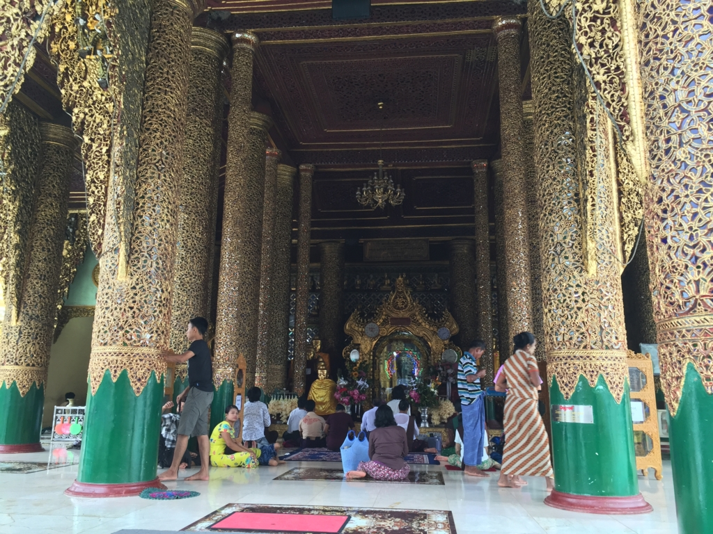 ミャンマー シュエダゴン・バゴダ お祈りする人々