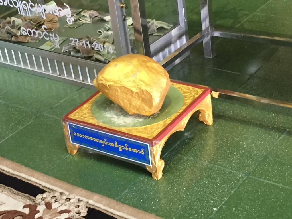 ミャンマー チャウタッジー・バゴタ 涅槃像 願い石