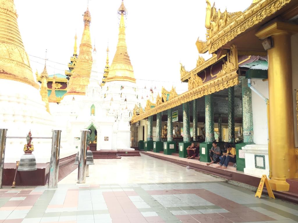 ミャンマー シュエダゴン・バゴダ 休憩する人々