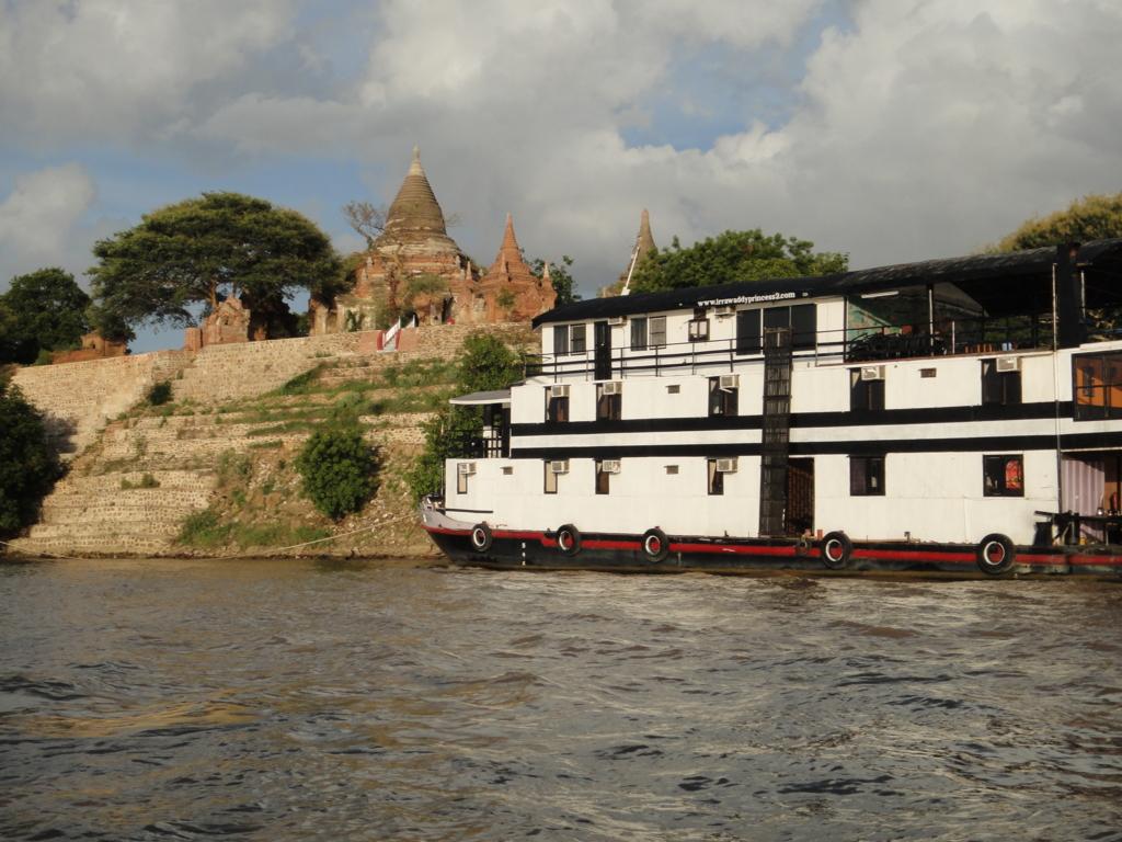 ミャンマー バガン クルーズ 大きな船停泊