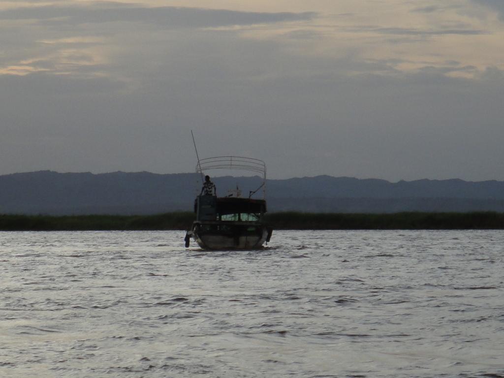 ミャンマー バガン クルーズ 漁師さんの船