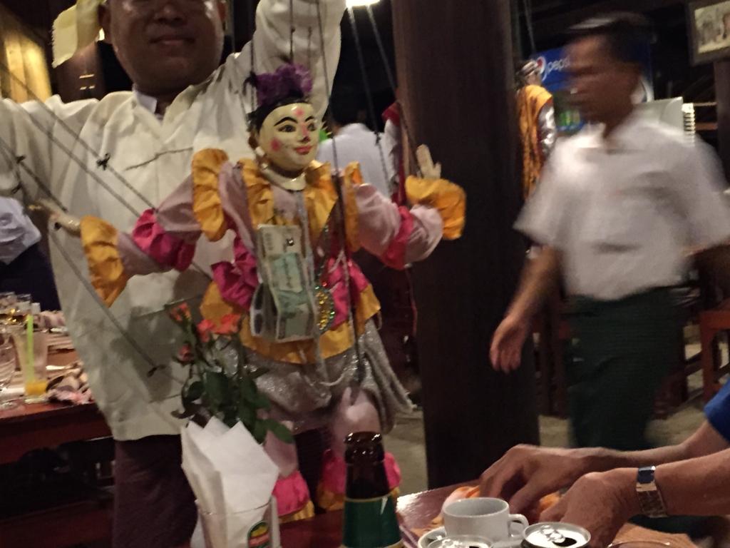ミャンマーバガン 操り人形 テーブル挨拶