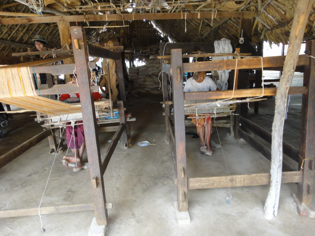 ミャンマー バガン 地元の村 機織り機
