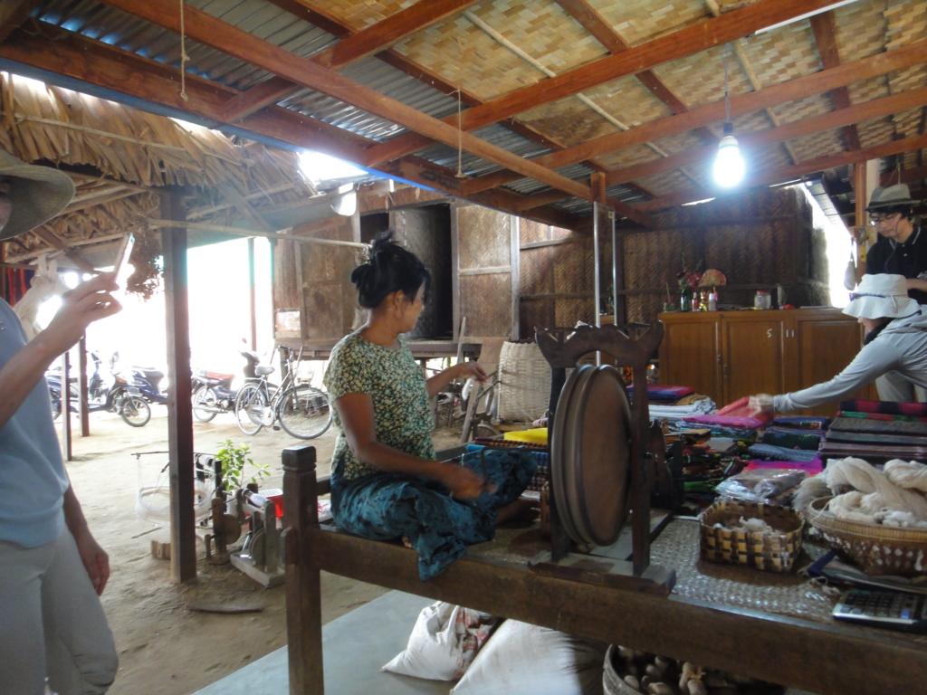 ミャンマー バガン 地元の村 糸紡ぎ