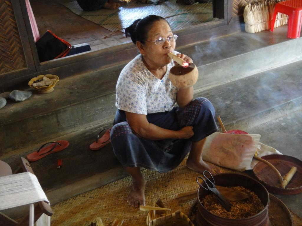 ミャンマー バガン 地元の村 葉巻を吸う人