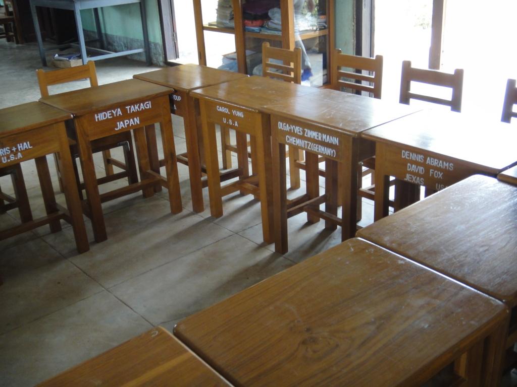 ミャンマー バガン 小学校 教室 寄贈された机 日本