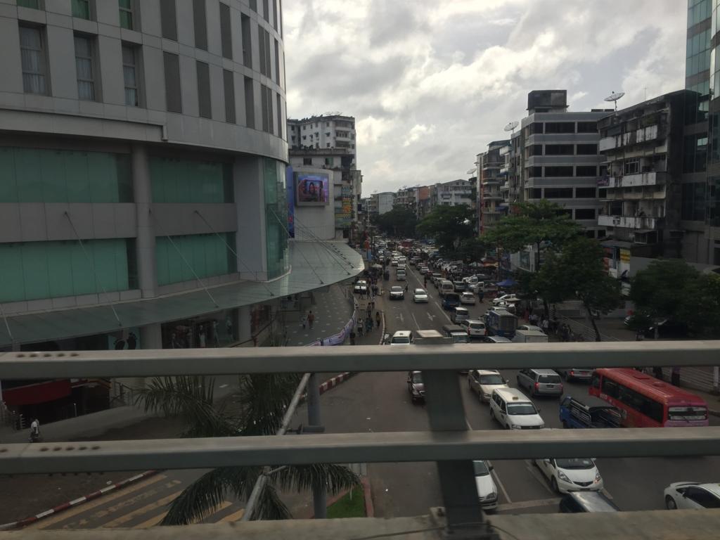 ミャンマー ヤンゴン市内 交通量が多い