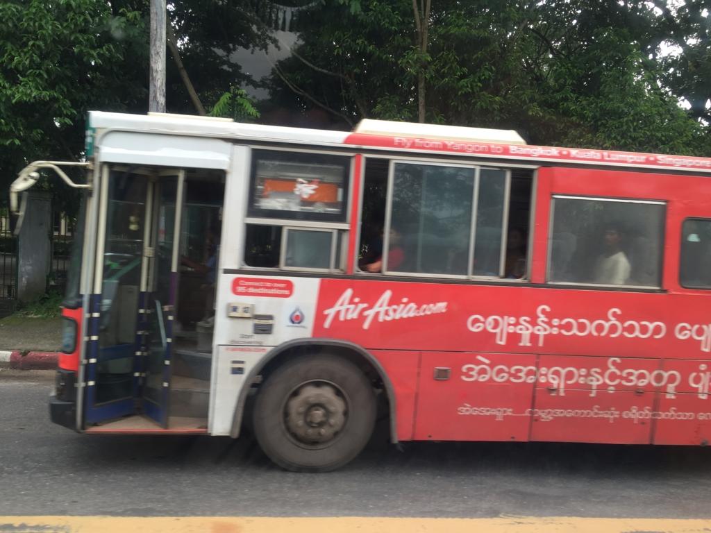 ミャンマー ヤンゴン市内 入り口ドアがあいたままのバス