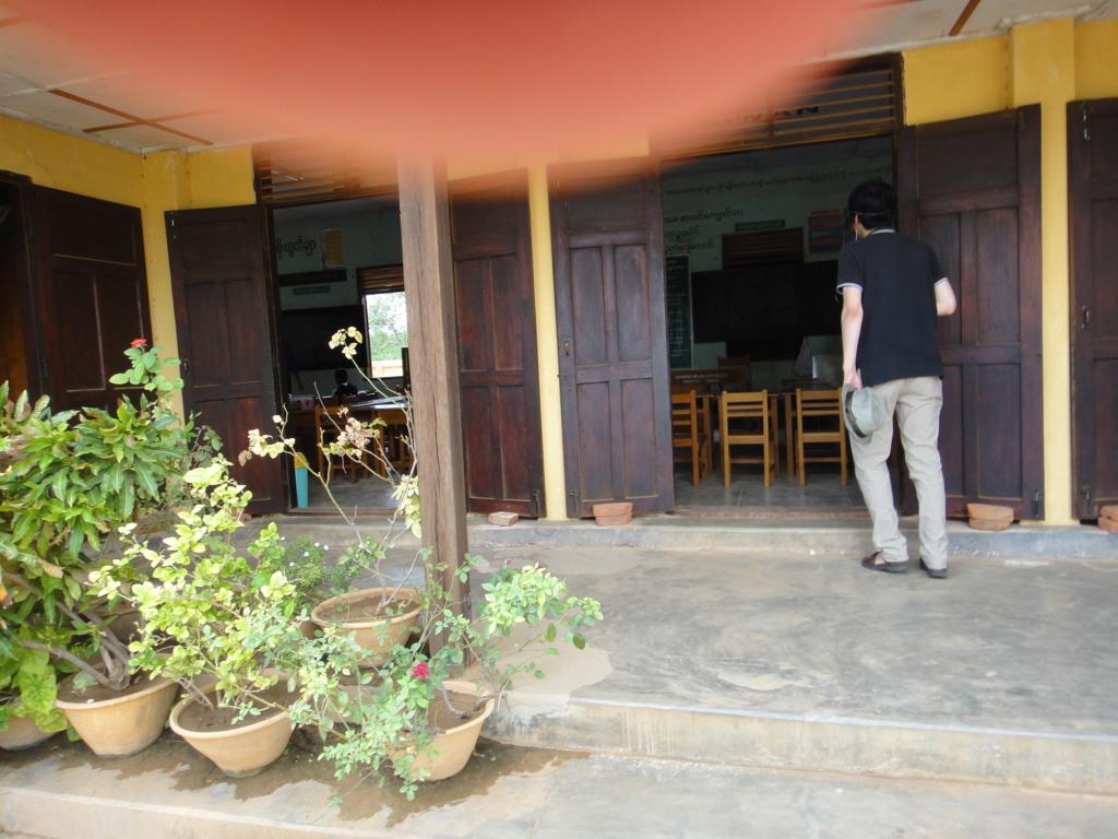 ミャンマー バガン 小学校 教室 入り口
