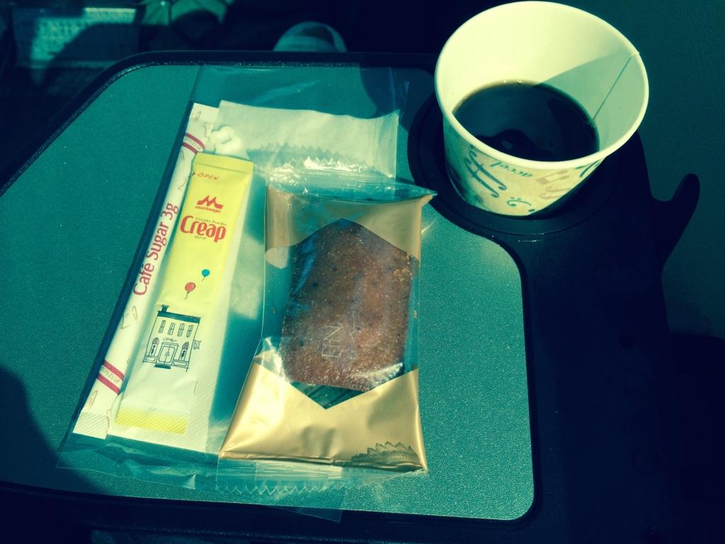 はとバス「ピアニシモⅢ」お茶とお菓子のサービス