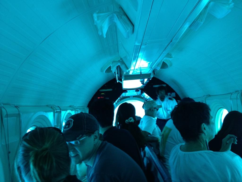 ハワイ オアフ島 観光用潜水艦 「アトランティス」船内