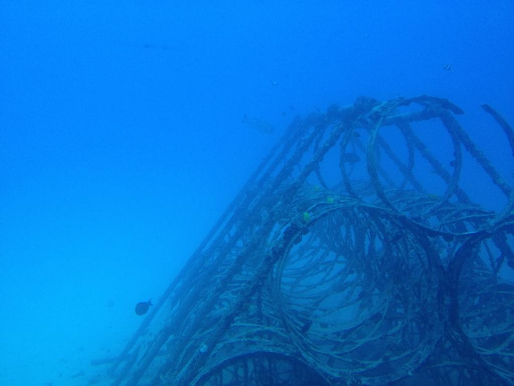 ハワイ オアフ島 観光用潜水艦 「アトランティス」よりの海中 ピラミッド