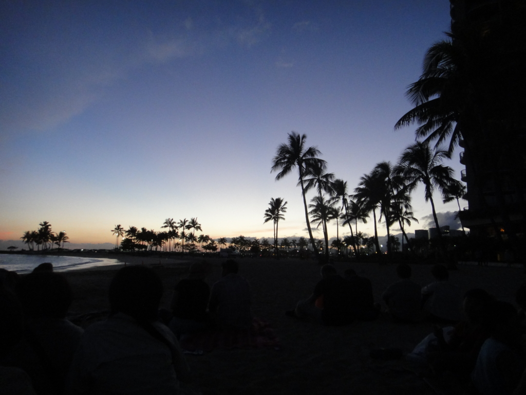 ヒルトン・ハワイアン・ビレッジ・ワイキキ 夜のビーチ