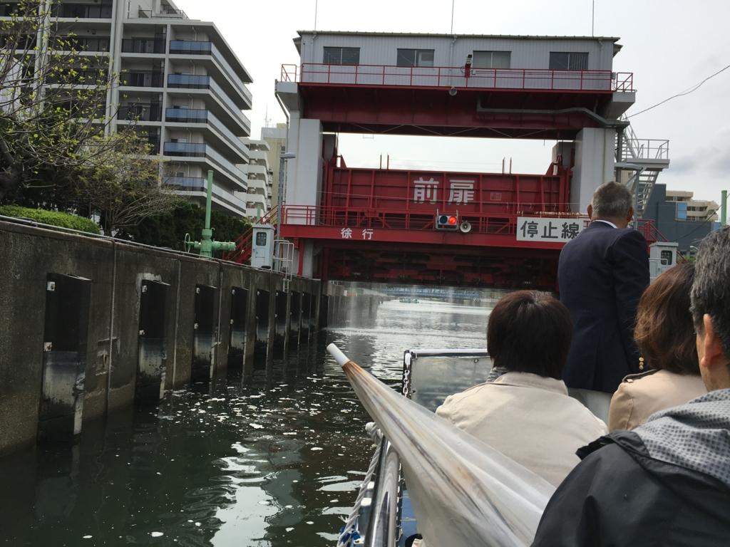 運河クルーズ 小名木川 扇橋閘門 中 再び前扉通過