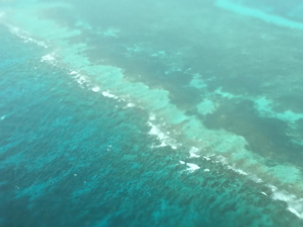 ベリーズ:ブルーホール 遊覧飛行 環礁