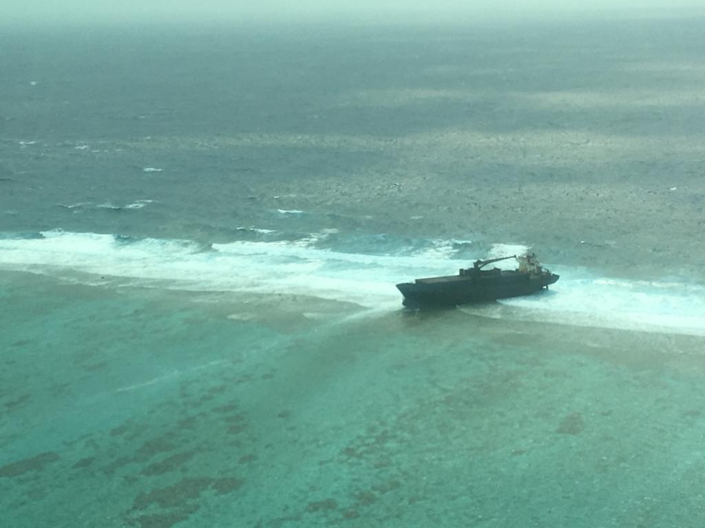 ベリーズ:ブルーホール 遊覧飛行 漁船?