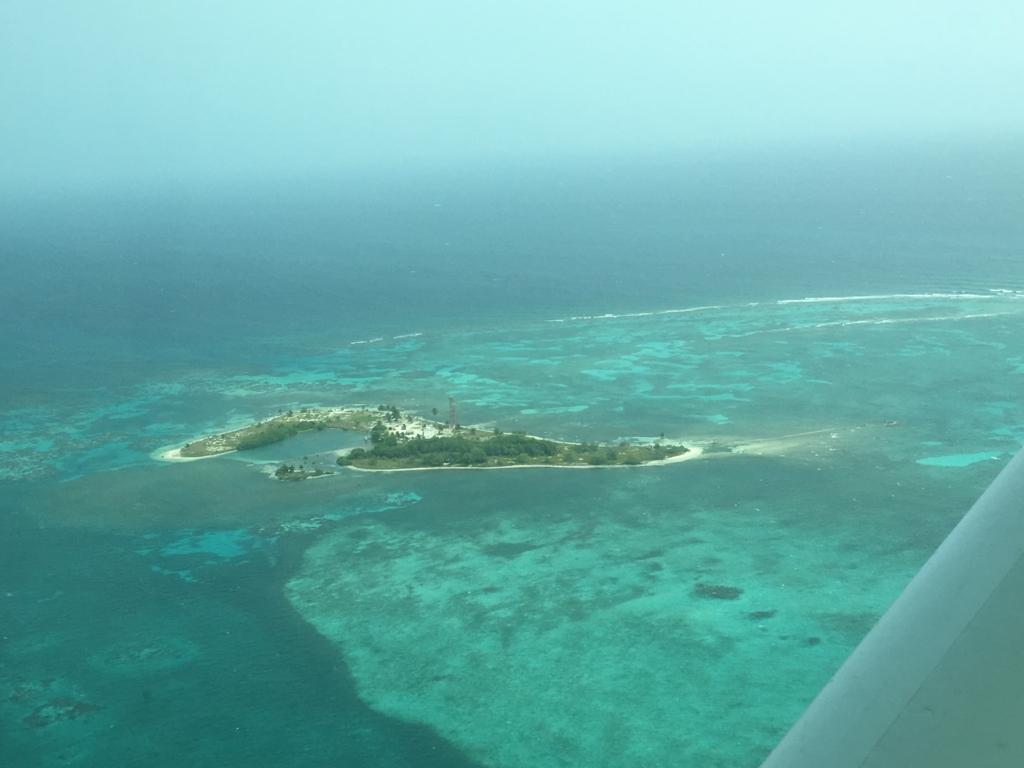 ベリーズ:ブルーホール 遊覧飛行 珊瑚礁に囲まれた島
