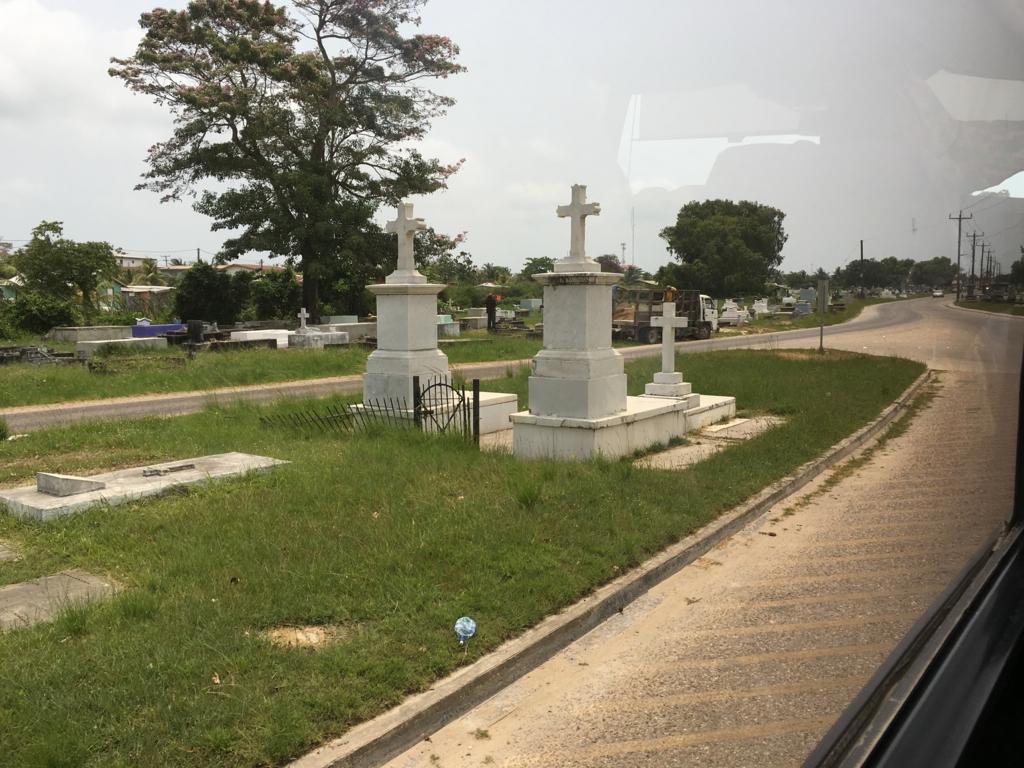 ベリーズシティ 市内 国道上にある墓地