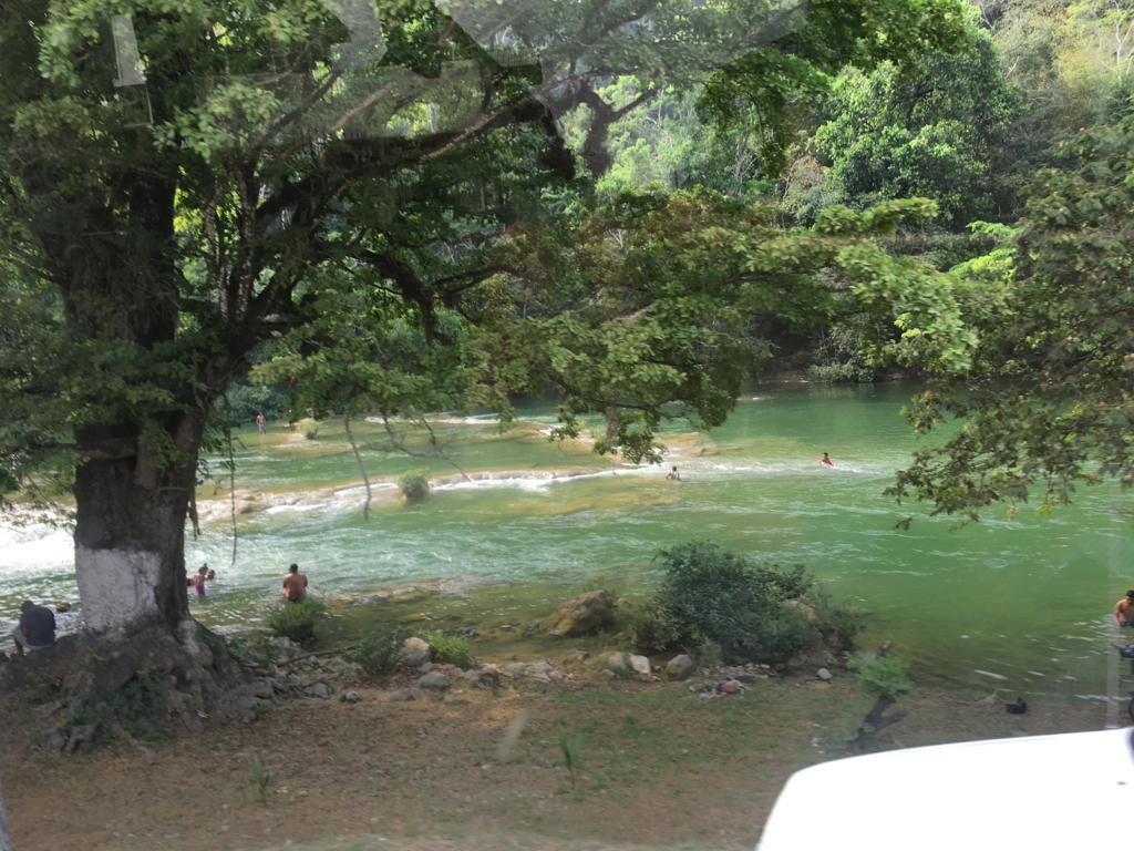 ベリーズ グアテマラ国境付近 マカル川 水浴び