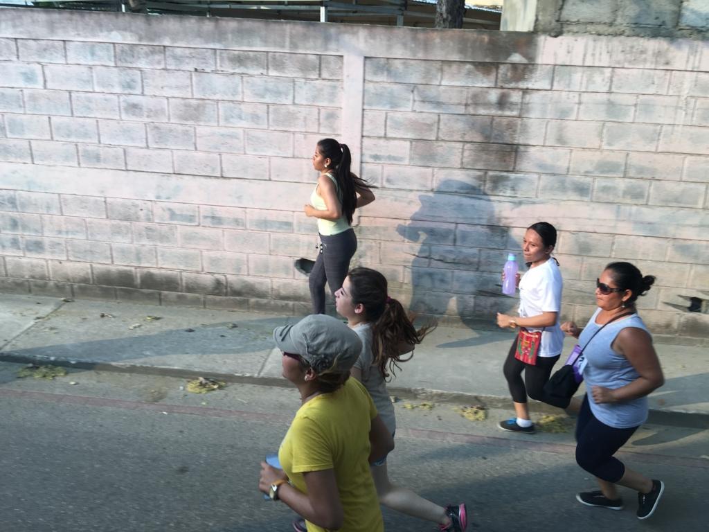 グアテマラ ベリーズ国境付近 マラソン大会 走る人