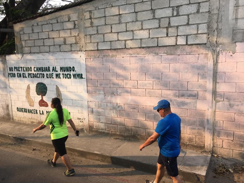グアテマラ ベリーズ国境付近 マラソン大会 歩く人