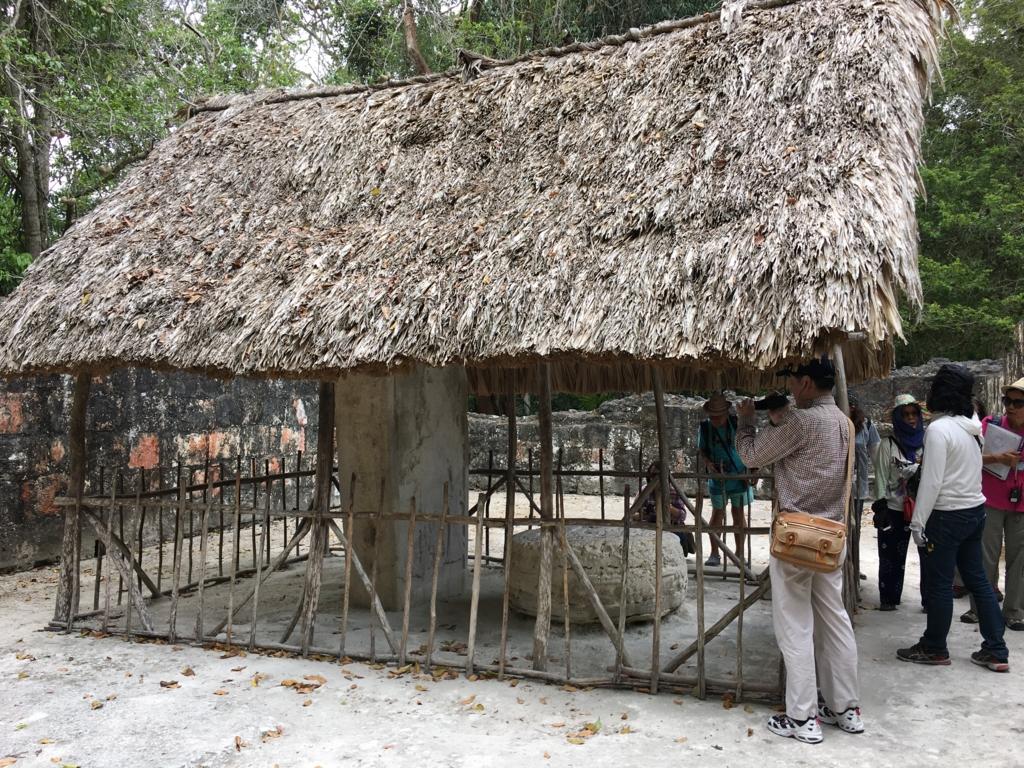 ティカル国立公園 本物の石像 屋根