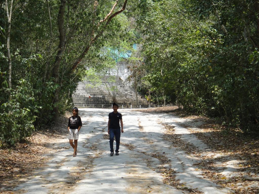 グアテマラ ティカル国立公園 4号神殿 地元の若い学生