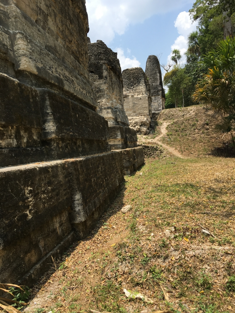 グアテマラ ティカル遺跡 「7つの神殿広場」付近の建造物