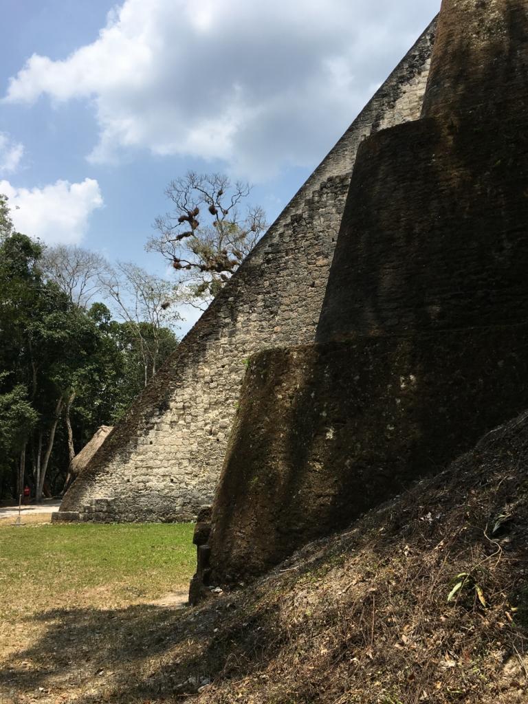 グアテマラ ティカル遺跡 「5号神殿」裾野