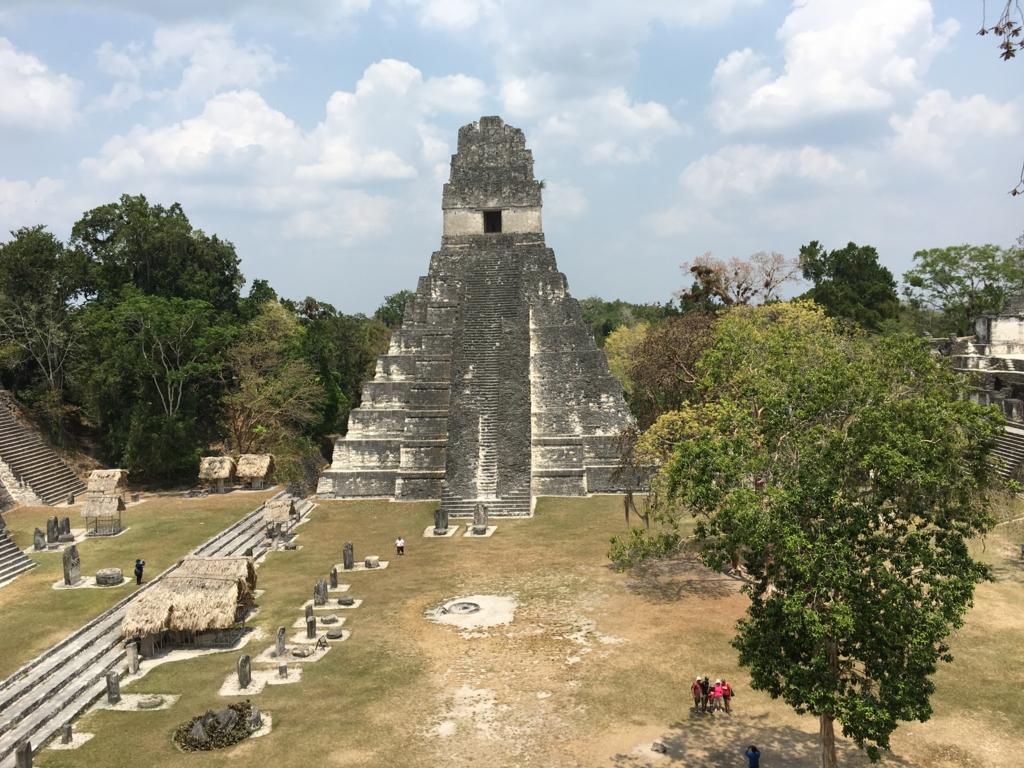 グアテマラ ティカル遺跡 「2号神殿」頂上より1号神殿