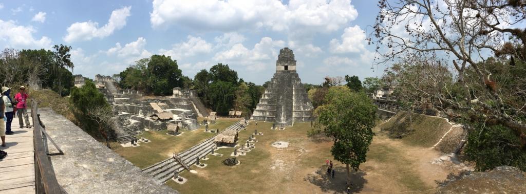 グアテマラ ティカル遺跡 「2号神殿」頂上より グランプラザ パノラマ写真