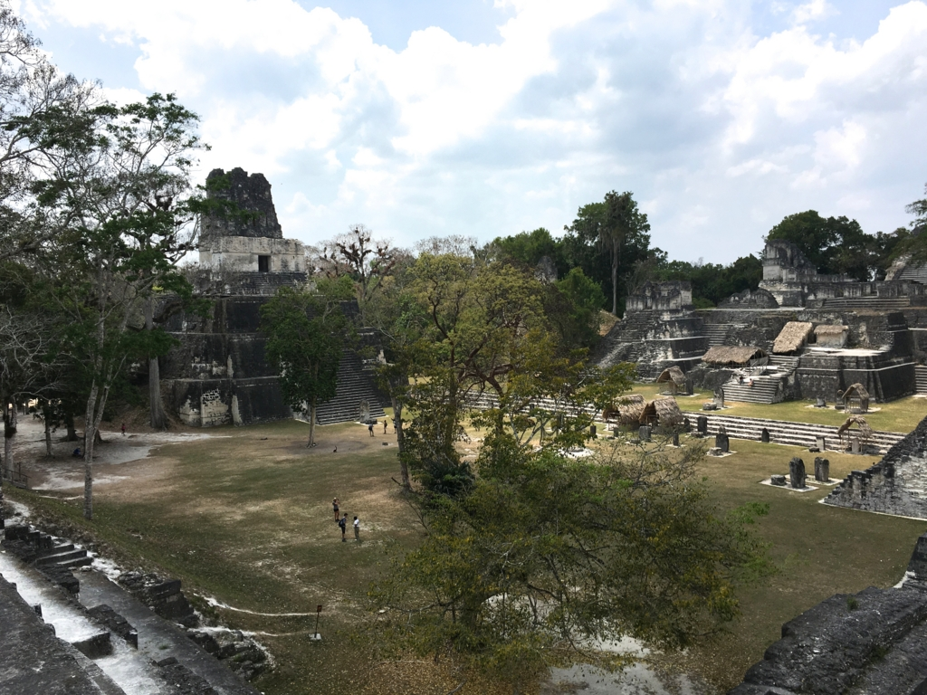 グアテマラ ティカル遺跡 セントラルアクロポリスからの 2号神殿