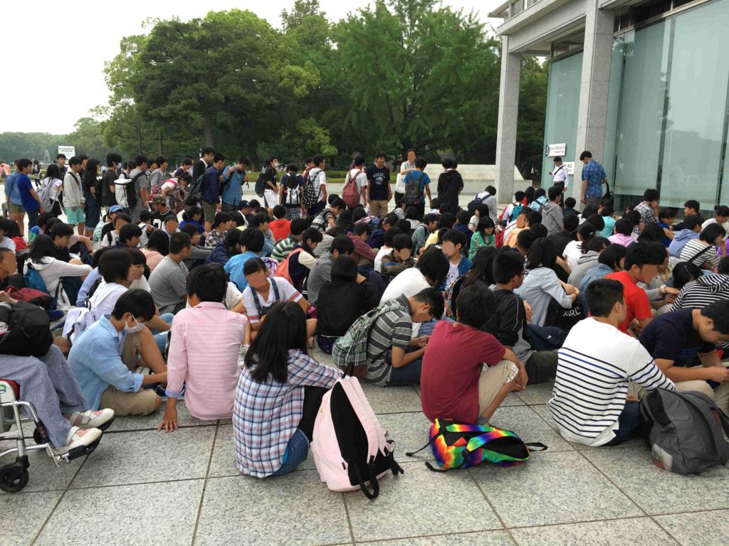広島平和記念公園 平和記念資料館の開館を待つ団体客