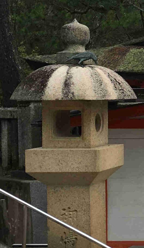 宮島 厳島神社 チケット売り場 石灯籠のカラス像