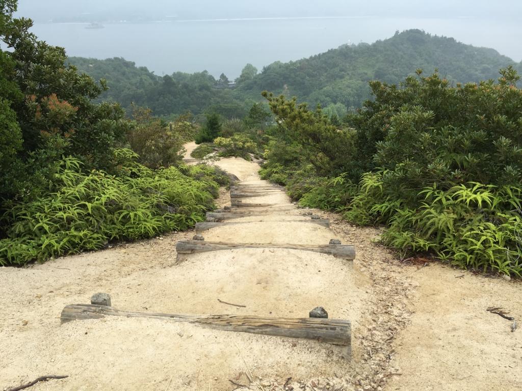 2回目のうさぎ島 大久野島 展望台より グラウンド方面階段