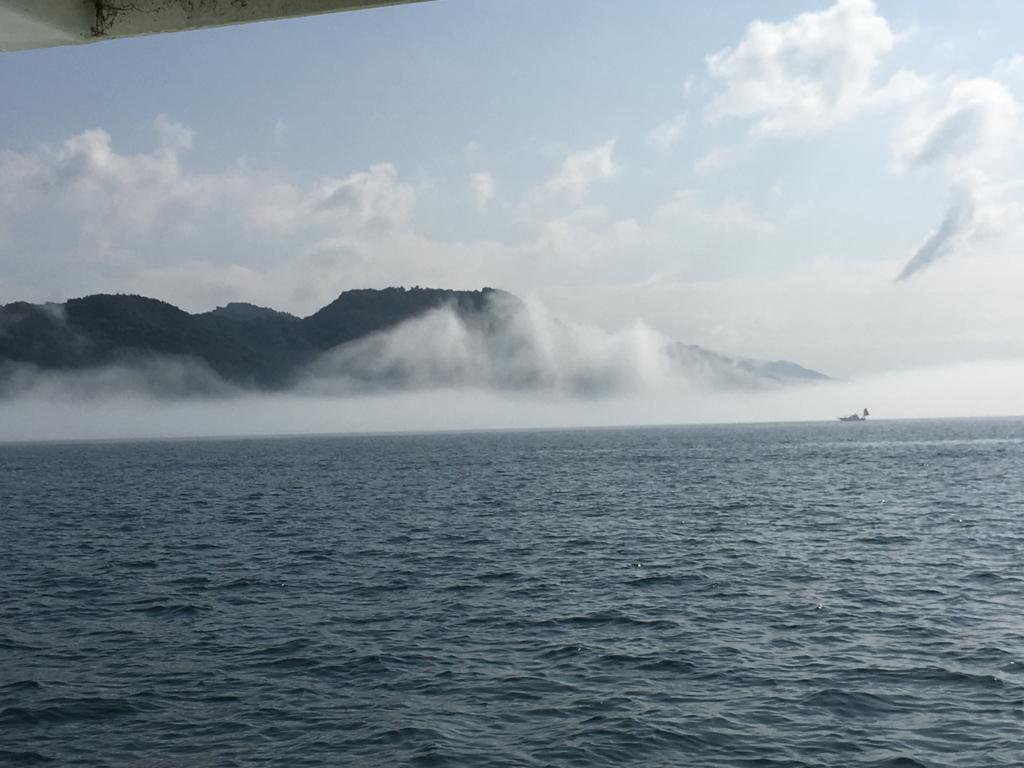 2回目のうさぎ島 休暇村大久野島 客船より 靄いっぱいの海