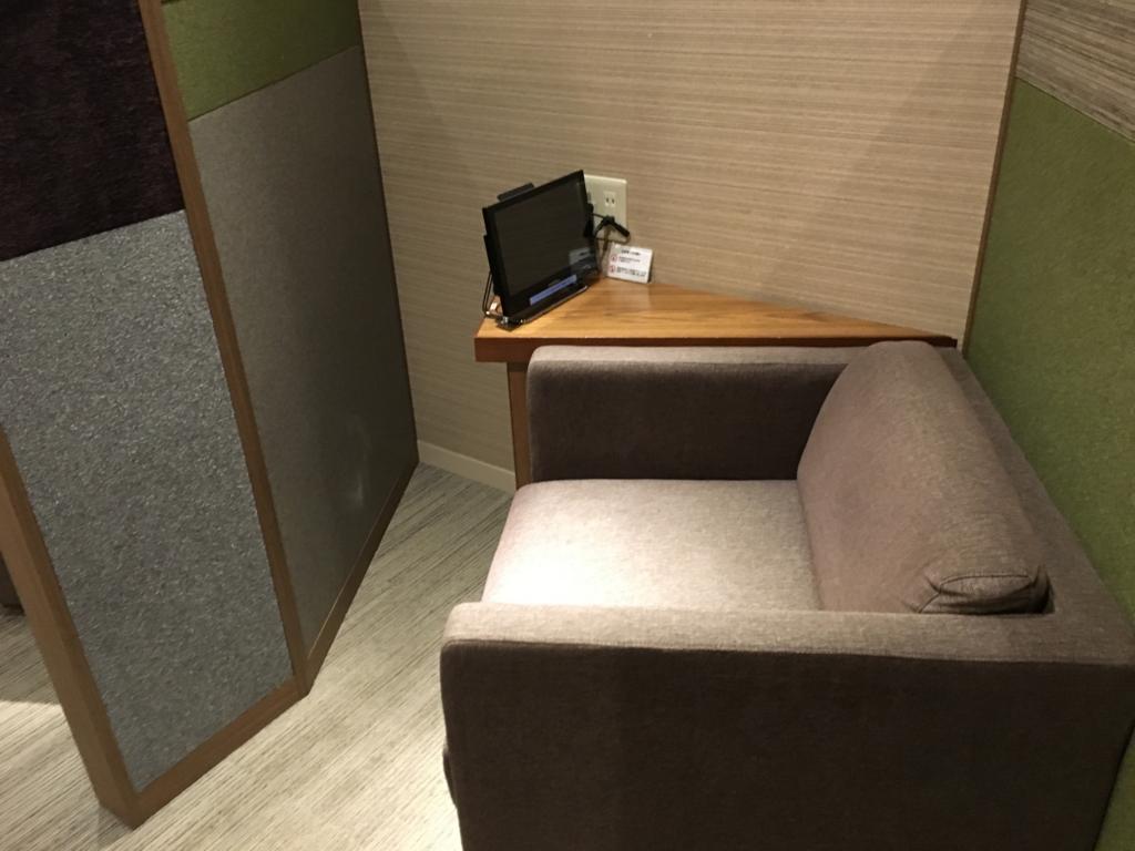 広島空港 ビジネスラウンジ 「もみじ」テーブル付き椅子