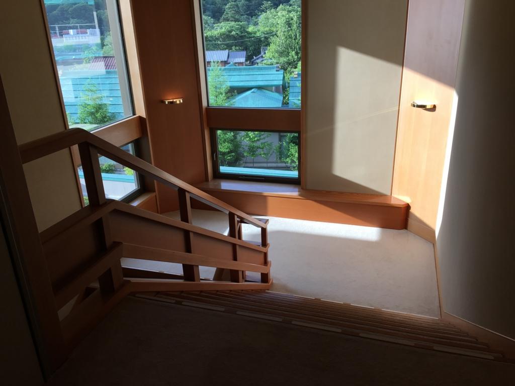 「星野リゾート界 日光」3階 階段 2階へ