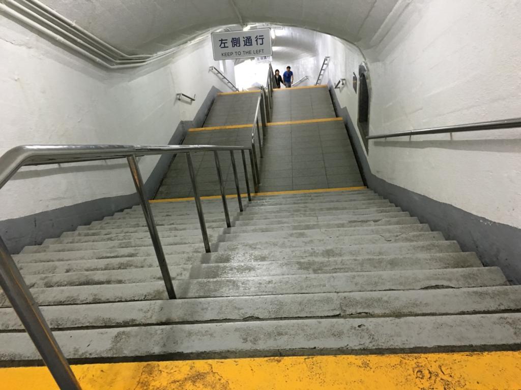 「華厳の滝」エレベーター下 通路 長い階段