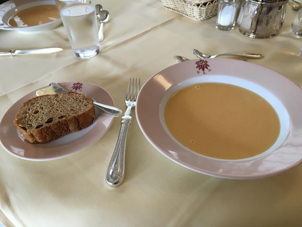 日光金谷ホテル メインダイニングルーム ランチ 野菜スープ