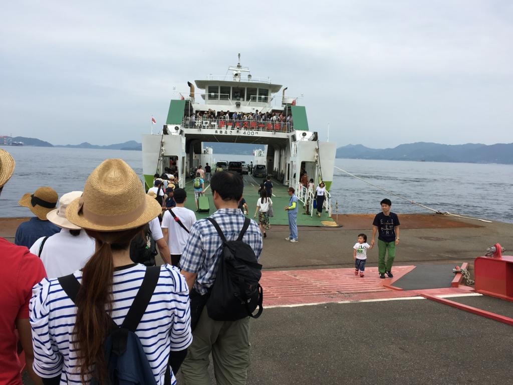 うさぎ島(大久野島)フェリー到着 たくさんの下船者