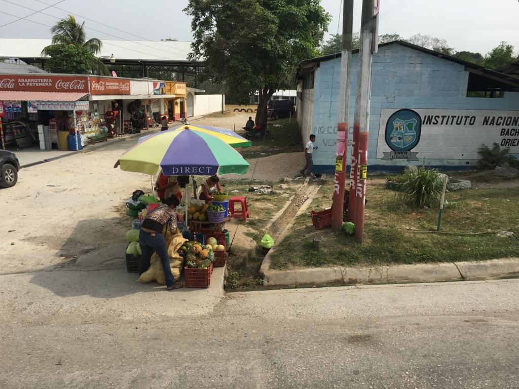 グアテマラ バスの車窓から ヤシの実のジュース売り