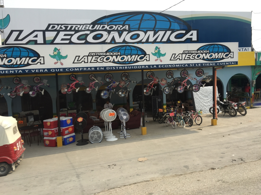 グアテマラ バスの車窓から 家電?自転車?売り場