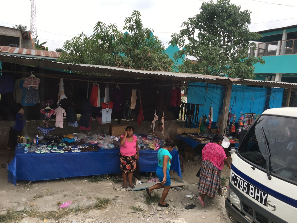 グアテマラ バスの車窓から 洋服屋?