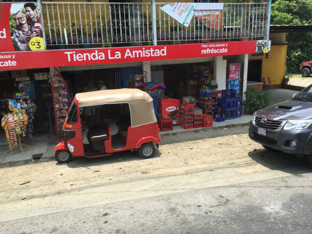 グアテマラ バスの車窓から トクトク?