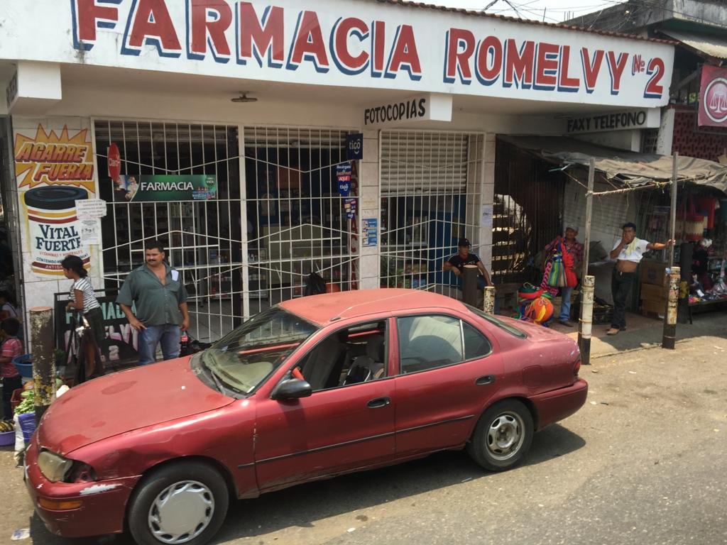 グアテマラ バスの車窓から 乗用車