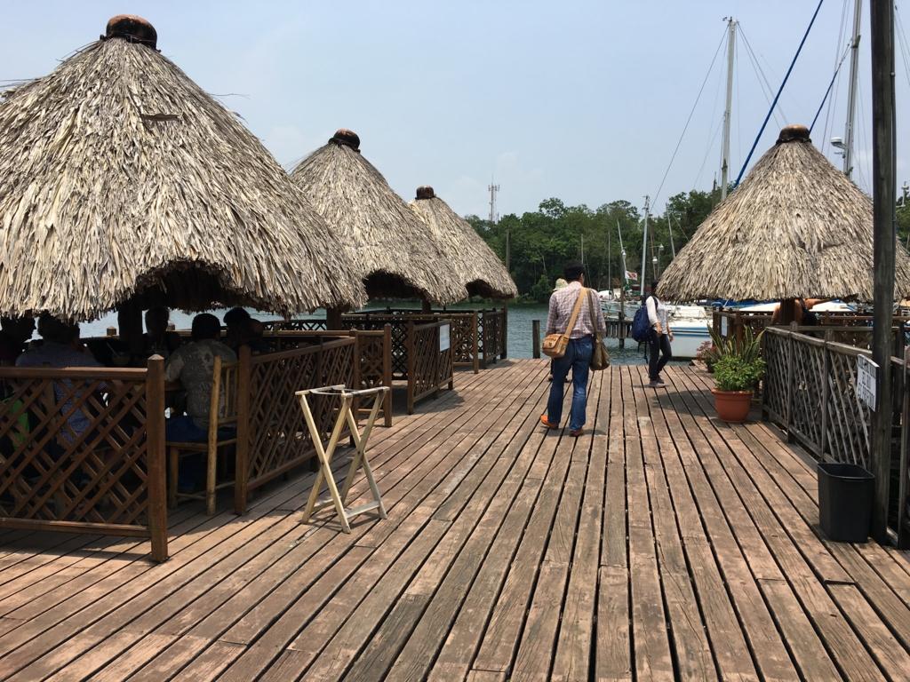 グアテマラ 「Restaurante Ranchon Mary」店内 湖畔