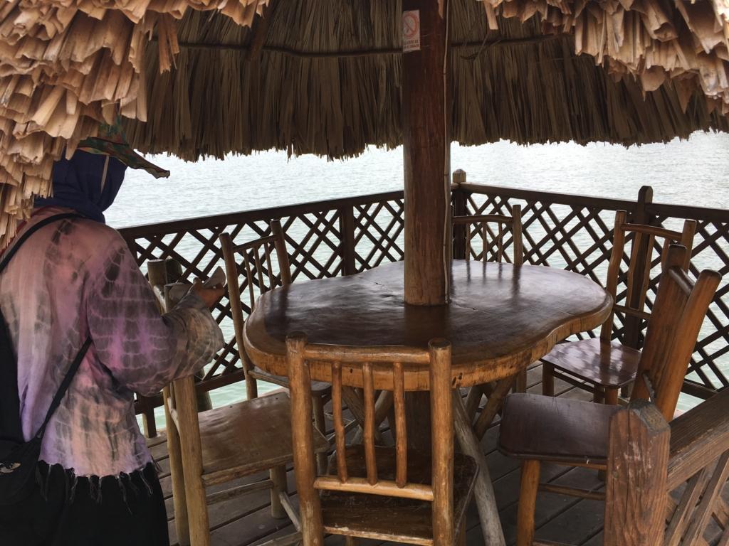 グアテマラ 「Restaurante Ranchon Mary」湖畔テーブル席
