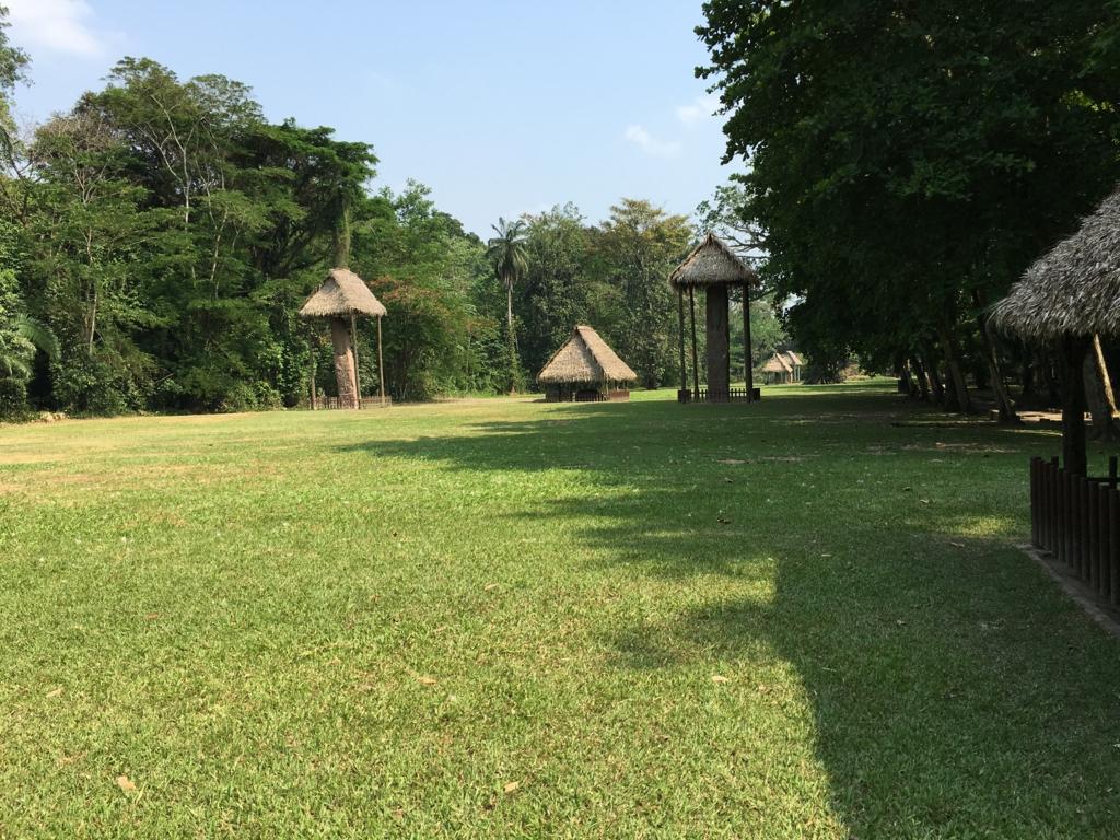 グアテマラ キリグア遺跡 広い芝生の広場