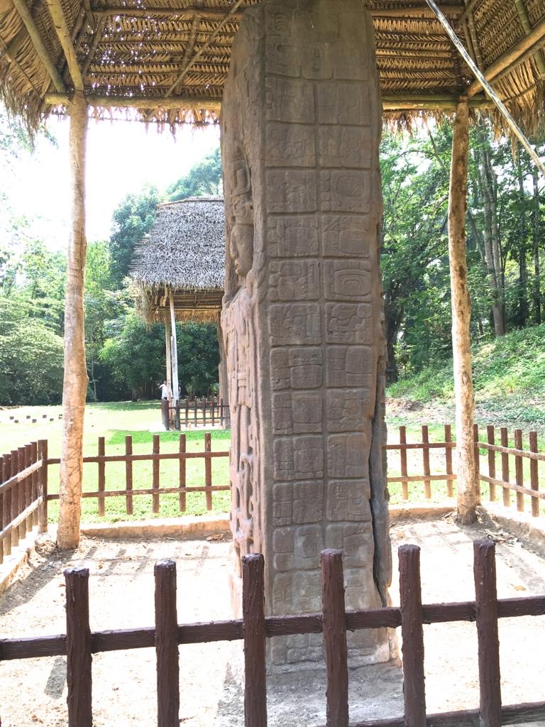 グアテマラ キリグア遺跡 石碑C 人類創世の日が記されている